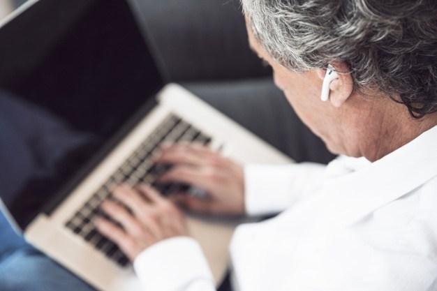 Cuidados com a audição na rotina do home office e das aulas virtuais