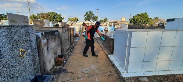 Empresa faz dedetização no Cemitério Municipal de Brotas